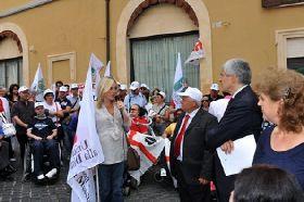 Il direttore operativo UILDM Cira Solimene si confronta con Pierferdinando Casini, nel corso della Manifestazione