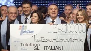 La consegna dell'assegno relativo alla Maratona Telethon 2010