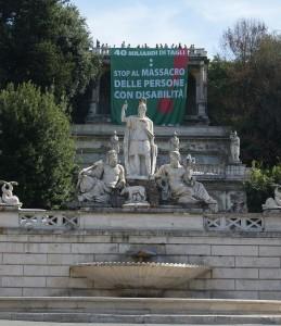 Lo striscione esposto dalla FISH in Piazza del Popolo, a Roma