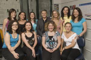 Vincenzo Nigro con numerose collaboratrici del TIGEM