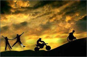Persone saltano, corrono in bicicletta, in carrozzina