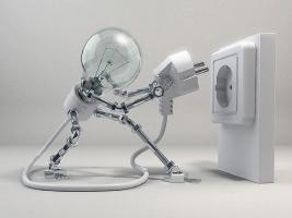 Una lampadina, una spina e una presa elettrica