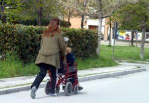 Persona in carrozzina con accompagnatore