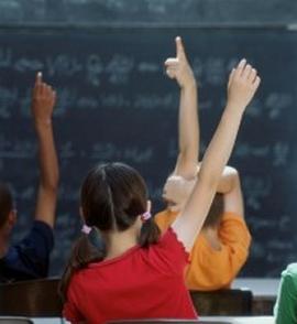Bambini in classe, di spalle