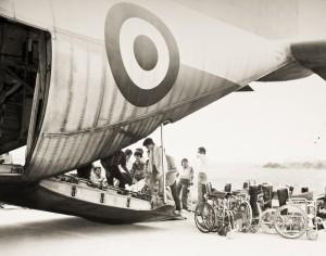 Brescia, 1981, imbarco con destinazione Assemblea Nazionale UILDM a Sassari, la foto dell'archivio UILDM usata per la locandina della mostra