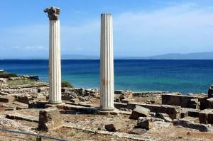 Due colonne di Tharros, un sito archeologico situato nel comune di Cabras (Oristano).