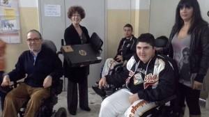Marcello Tomassetti, presidente della UILDM del Lazio, consegna il computer portatile acquistato con i fondi di Assente Ingiustificato-IX Giornata Nazionale UILDM.