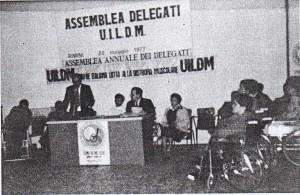 Agostino Boria, allora presidente nazionale UILDM, legge la propria relazione all'Assemblea Annuale dei Delegati del 1977 (Rimini)