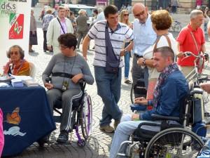 A destra Davide Tamellini, referente del Gruppo Giovani UILDM di Verona, con alcuni Volontari della Sezione
