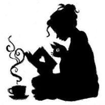 Sagoma di una donna seduta con le gambe incrociate mentre legge un libro, in compagnia di un gatto, e con una tazza fumante davanti.