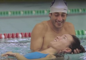 Marta e Francesco in piscina in un'immagine tratta dal filmato.