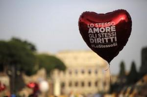 Un palloncino rosso, a forma di cuore, con la scritta «Lo stesso amore, gli stessi diritti, #LoStessoSì», vola leggero al Roma Pride del 13 giugno scorso. Sullo sfondo, fuori fuoco, il Colosseo.