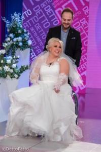 """Benedetta De Luca (vestita da sposa) e Michele Gallo partecipano al programma """"Detto Fatto""""."""