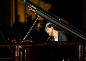 Un momento dell'esibizione di Ezio Bosso sul palco del Festival di Sanremo 2016.