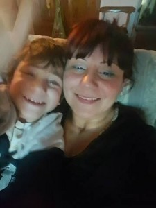 Manuela Canicattì con suo figlio più piccolo, Luca, che, a quattro anni, è già zio.