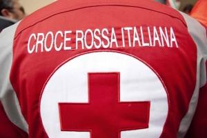 Il retro di un giubbotto con la scritta Croce Rossa Italiana.