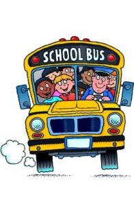 Un disegno raffigura uno scuolabus pieno di bambine e bambini colorati e sorridenti.