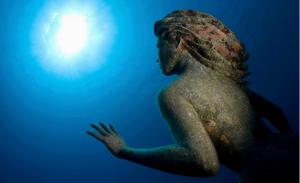 Simon Morris, Anfitrite, sirenetta in bronzo posta nei fondali della barriera corallina delle Isole Cayman nell'ottobre del 2000.