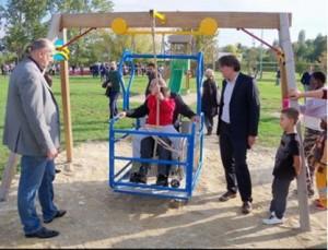 L'altalena accessibile installata nel 2015, presso il Parco Lungo Borbore, ad Asti.
