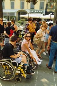 """Questa è l'immagine scelta per illustrare la copertina del """"Secondo Manifesto sui diritti delle donne e delle ragazze con disabilità nell'Unione Europea"""". La donna con disabilità motoria ritratta al centro è Santina Pertesana, campionessa di tiro con l'arco. La fotografia è stata scattata da Annalisa Benedetti, il 9 luglio 2010, a Bergamo, in occasione di una manifestazione contro i tagli al Fondo nazionale per la non autosufficienza."""